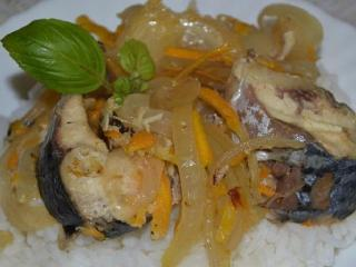 Скумбрия в луковом соусе. Вкусный рецепт рыбного блюда. Блюдо из рыбы и морепродуктов