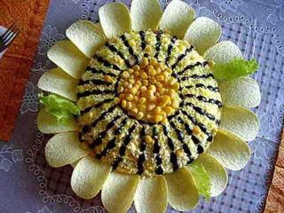 Мясной салат с чипсами