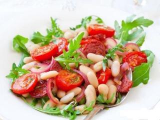 Мясной салат с консервированной фасолью