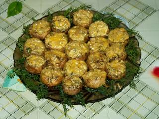 Шампиньоны, фаршированные сыром, зеленью и орехами