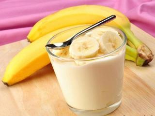 Банановый десерт с медом и взбитыми сливками