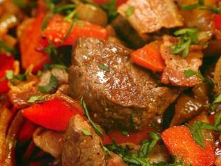 Гуляш из говядины и болгарских перцев
