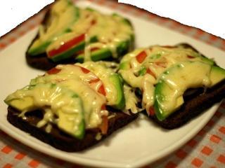 Горячие бутерброды с авокадо и креветками