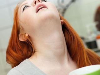 Полоскание горла: аптечные и народные средства