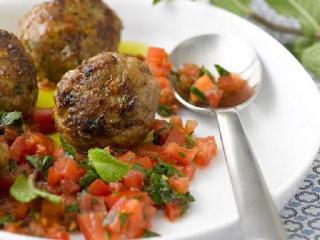 Биточки из кролика, тушенные с овощами. Блюдо выходного дна