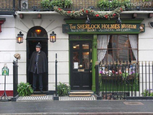 Как упоминается во многих повестях и рассказах Конан-Дойля,  Шерлок Холмс проживал в Лондоне на Беккер-Стрит, 221Б.
