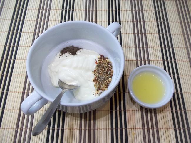 Есть способ приготовления, делающий скумбрию необычно сочной и мягкой – это скумбрия, запеченная в духовке.