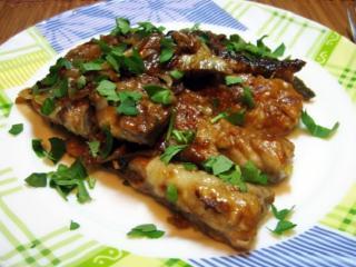 Скумбрия в луковом соусе.  Вкусный рецепт блюда из рыбы. Блюдо на скорую руку