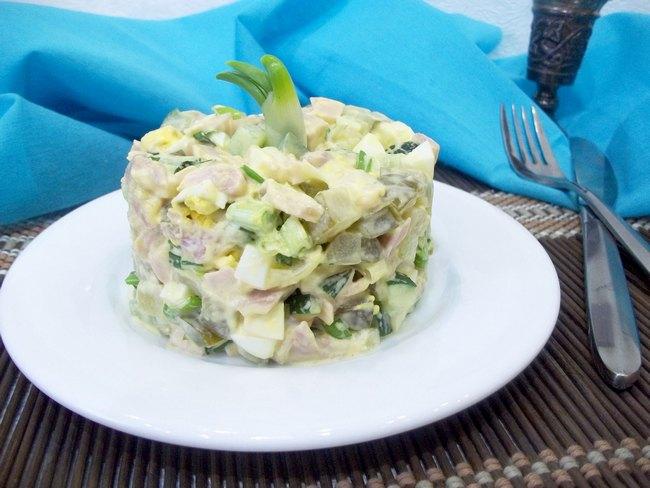 Такой салат будет уместен для пышных торжеств, семейных праздников, вылазок и посиделок с друзьями.