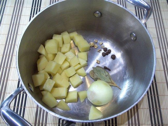 Вообще, килька в томате - универсальный продукт, так как она сочетается с множеством овощей, поэтому вы можете экспериментировать и придумать свой собственный рецепт супа.