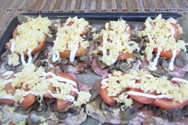 Приготовьте запеченную свинину с грибами - это очень вкусно!