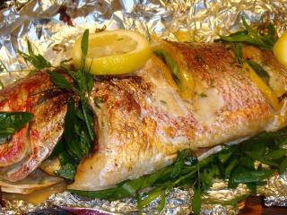Рыба, запеченная в фольге. Постное блюдо из рыбы с маслом.