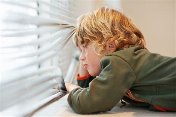 Универсального возраста, с которого ребенок уже может оставаться в одиночестве – не существует.