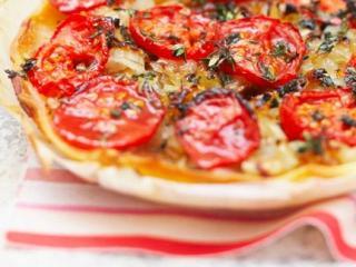 Луковый пирог с помидорами