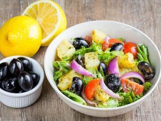 Картофельный салат с помидорами и маслинами