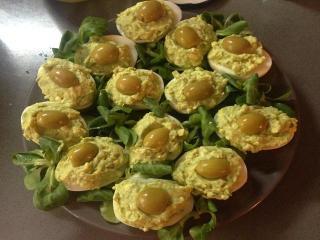 Яйца, фаршированные паштетом из авокадо и творога