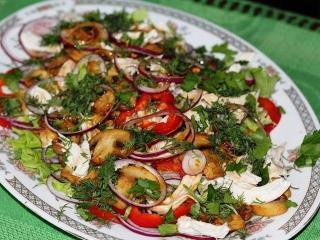 Овощной салат c мясом индейки и грибами