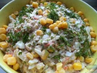 Салат из риса, лосося и кукурузы