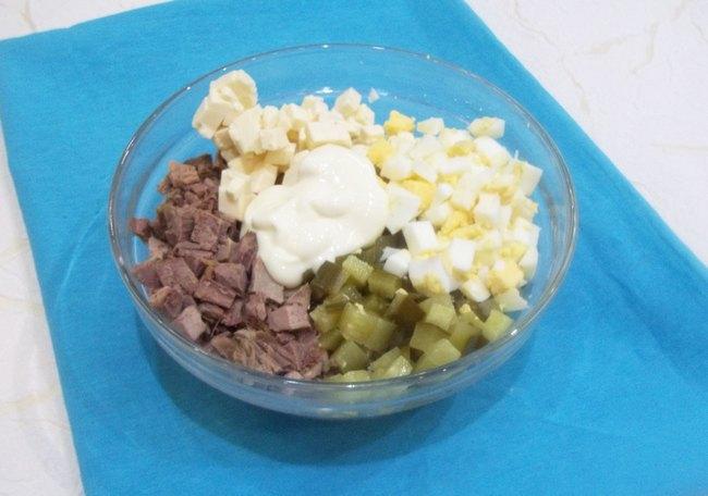 Чтобы наилучшим образом использовать оставшееся мясо гуся, я предлагаю заняться приготовлением нежного, сочного и сытного салата.