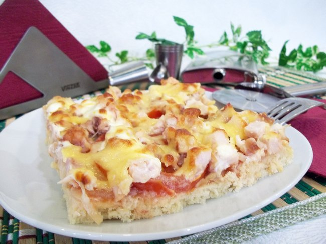 Подавать пиццу можно в любое время суток, она станет великолепным завтраком, отличным обедом или прекрасным ужином.