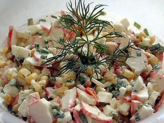 Классический рецепт салата с крабовым мясом очень простой.
