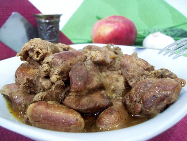 Тушеные куриные сердечки и печень — это не только превосходное блюдо, которое можно подать с любым гарниром, но и основа низкокалорийного и здорового питания.