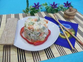 Новогодний салат «Оливье» с копченостями, малосольными и свежими огурцами