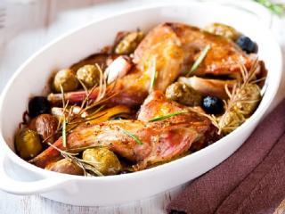 Кролик тушеный в сметане с черносливом. Праздничное блюдо к 8 марта.