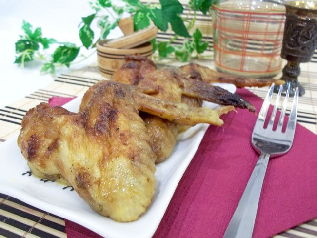 Запеченные куриные крылышки в горчичном соусе приготовить совсем не сложно.