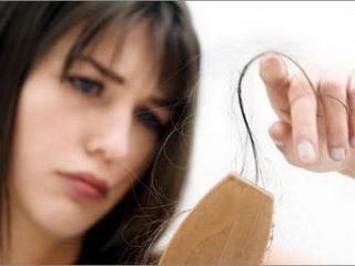 Остановить выпадение волос после родов помогут витамины и правильное питание