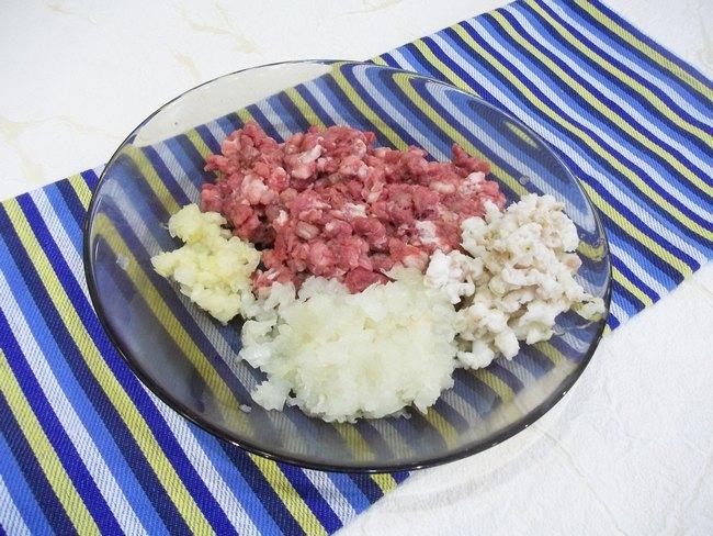 Люля-кебаб – мясное блюдо, приготовленное на шампурах и запеченное на раскаленных углях.