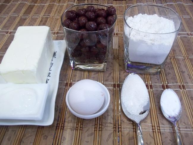 Если вы захотите приготовить такой пирог для праздничного стола, то вишневую начинку можно дополнить шоколадом, орехами, корицей, коньяком, ромом, гвоздикой или имбирём
