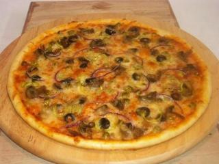 Вкусная мясная пицца с черносливом и курагой готовится быстро и просто.