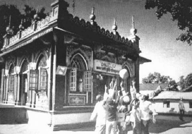 Каждый день сотни туристов и верующих посещают храм в Шивапуре, небольшом городке около 180 км к востоку от Мумбаи, Индия