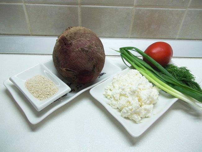 Свекольно-творожный салат подойдет людям, соблюдающим диету, поддерживающим форму или просто желающим сбросить лишний вес.